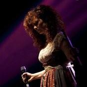 Shwey W Byehda El Omer Song